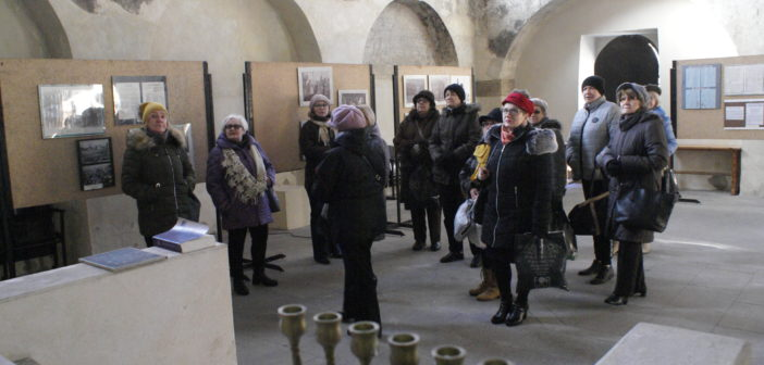 Studenci Uniwersytetu Trzeciego Wieku w synagodze
